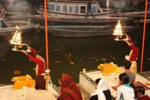 640px-Varanasi,_ganga_aarti_(6296002701)