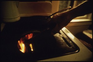 800px-CLOSEUP_OF_THE_WOOD_BURNING_STOVE_USED_FOR_COOKING_IN_THE_KITCHEN_OF_MR._AND_MRS._AUGUST_VOGEL._MR._VOGEL_CHOPS_THE..._-_NARA_-_558316