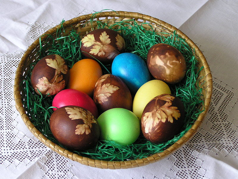 Easter eggs dyed with onions & egg colors. Photo by L. Kenzel. Wikimedia Commons