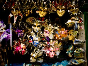 800px-Venetian_masks_-_shop_in_Venice
