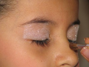 Applying_glitter_to_her_eyelids