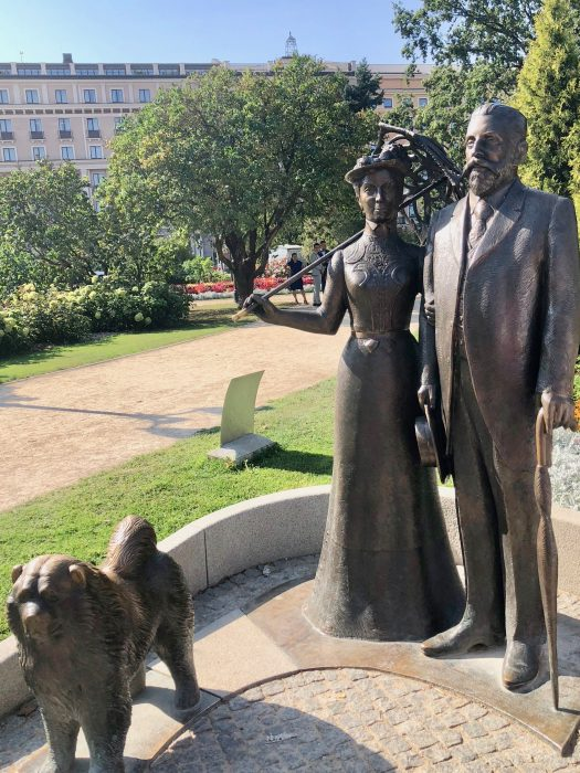 Statue of Mayor Armitstead and his wife.