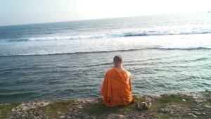 Un_bonze_Sri_Lankais_en_regardant_la_marée_(vue_arrière_-_23_janvier_2011)